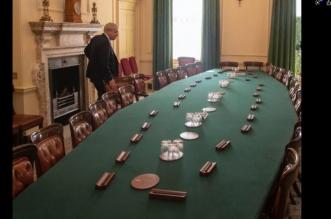 صورة تجسد الأزمة.. جونسون والكراسي الخاوية - المواطن