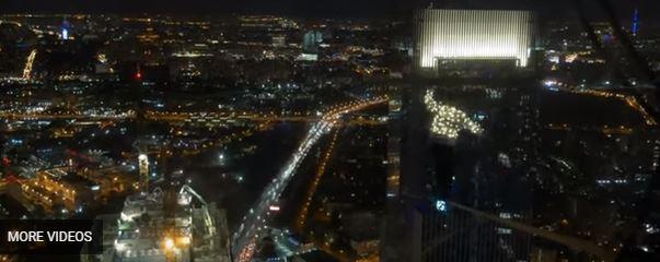 فيديو يحبس الأنفاس.. فريق الحبل المشدود يعبر 245 مترًا ليلًا على ارتفاع 1148 قدمًا