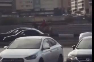 فيديو مذهل.. فتاة تمتطي الجمل هربًا من الزحام في روسيا - المواطن