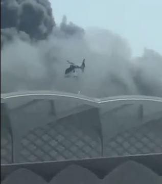 شاهد.. طائرة تحاول إنقاذ العالقين في حريق قطار الحرمين بجدة
