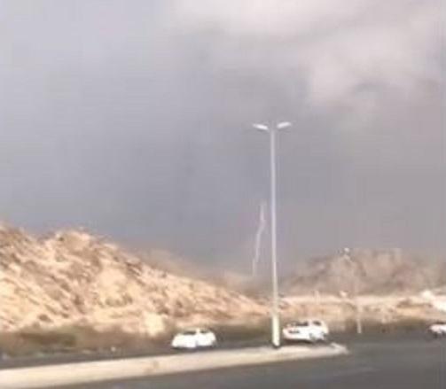 شاهد.. منظر رائع لسحابة شرق مكة الآن تتخللها الصواعق