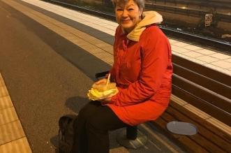 صورة متداولة.. وزيرة سويدية تنتظر القطار بلا حراسة - المواطن