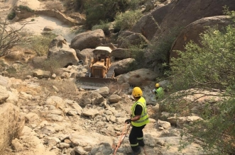 صور.. وفاة شخص سقط ببلدوزر من قمة جبل بأضم - المواطن