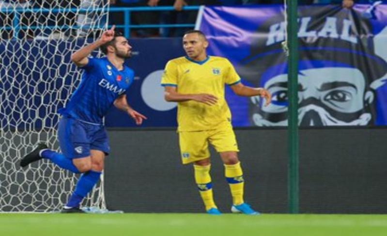 هدف عكسي يمنح الأفضلية للأزرق في مباراة الهلال والتعاون