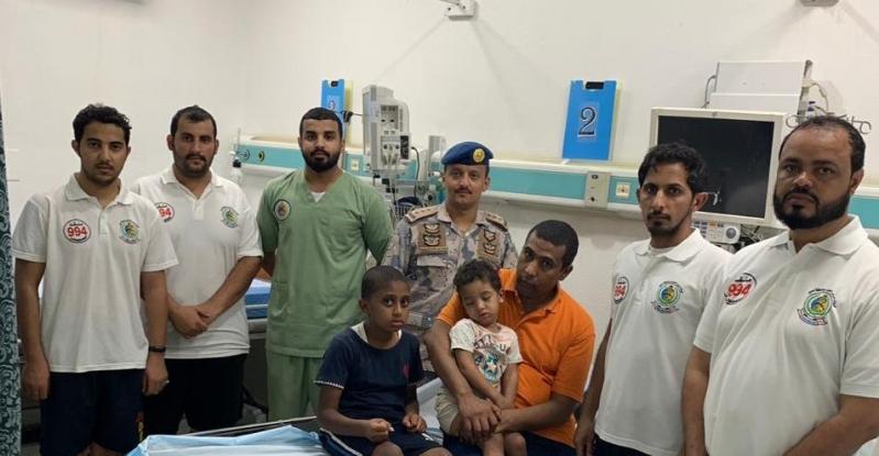 حرس الحدود ينقذ 3 مقيمين ومواطنة من الغرق بقحمة عسير
