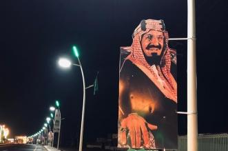 صور المؤسس والملك سلمان وولي العهد تزين شوارع صامطة - المواطن