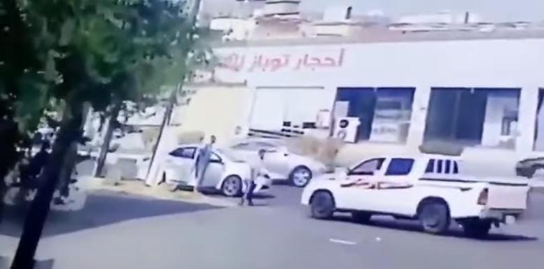 فيديو.. قائد الهايلوكس يسلم نفسه بعد دهس شخصين عمدًا