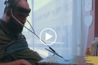فيديو.. أكرم العيد تحدى إعاقته وأبدع في الرسم والكتابة بفمه - المواطن