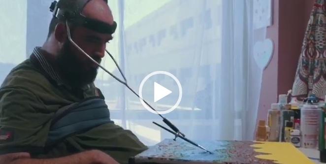 فيديو.. أكرم العيد تحدى إعاقته وأبدع في الرسم والكتابة بفمه