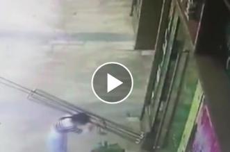 فيديو.. لحظة سقوط باب زجاجي على صاحبة المتجر - المواطن