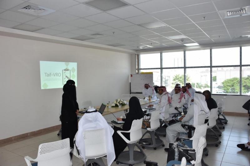 فريق من مكتب تحقيق الرؤية يستعرض أبرز المشاريع بصحة الطائف - المواطن