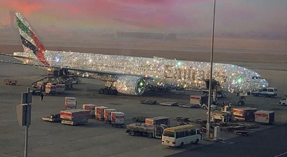 بعد خدعة سارة شكيل.. طيران الإمارات تعرض بوينغ بمقصورة ماسية