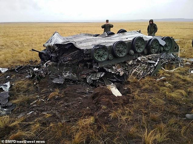 فيديو وصور.. السماء تمطر مدرعات في تدريب عسكري فاشل بحضور بوتين