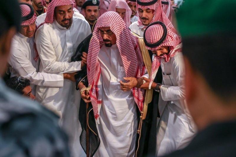لقطات مؤثرة ودموع في وداع حارس الملك سلمان اللواء عبدالعزيز الفغم