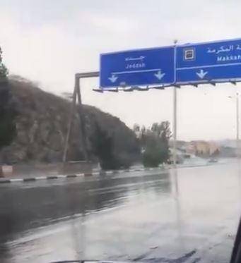 شاهد.. أمطار غزيرة على مناطق متفرقة من الطائف