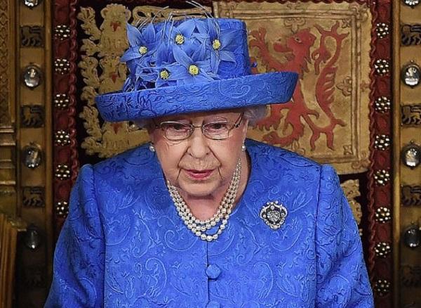 ابنة سائق شاحنة تساعد ملكة بريطانيا على تحقيق الأمنية السرية