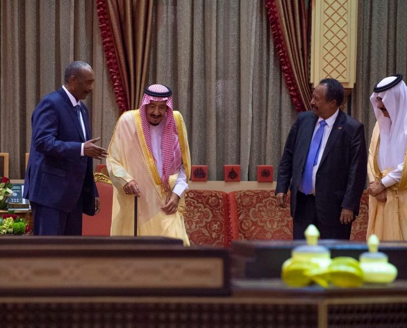الملك سلمان يستقبل الفريق البرهان ورئيس الوزراء السوداني ويقيم مأدبة غداء تكريمًا لهما - المواطن
