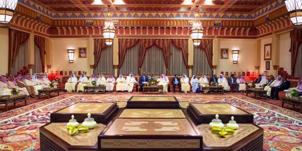 الملك سلمان يستقبل الفريق البرهان ورئيس الوزراء السوداني ويقيم مأدبة غداء تكريمًا لهما