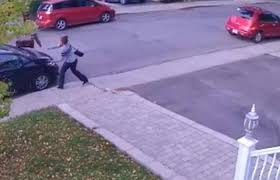 فيديو.. تصرف غريب لامرأة غاضبة أثناء سيرها في الشارع - المواطن