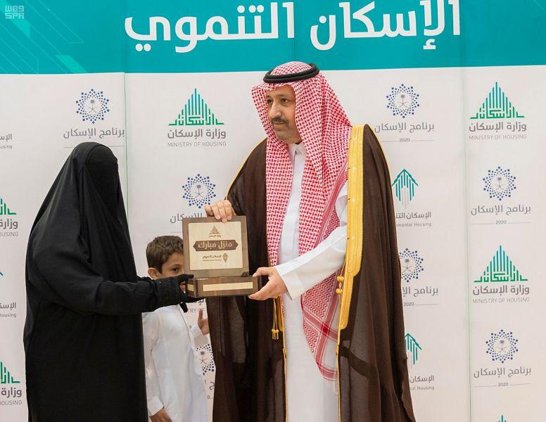 مستفيدو الإسكان التنموي يتسلمون مفاتيح وحداتهم من أمير الباحة