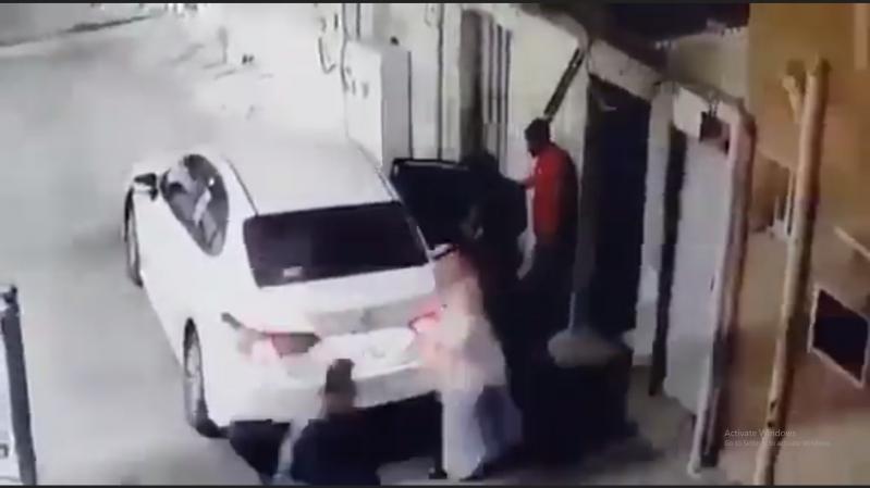 فيديو.. لحظة سرقة خزينة من منزل مواطن في جدة
