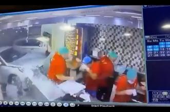 فيديو.. سيدة تحطم واجهة مطعم بسيارتها في جدة - المواطن
