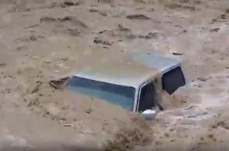 شاهد.. السيل العملاق يجرف المركبات في عمان - المواطن