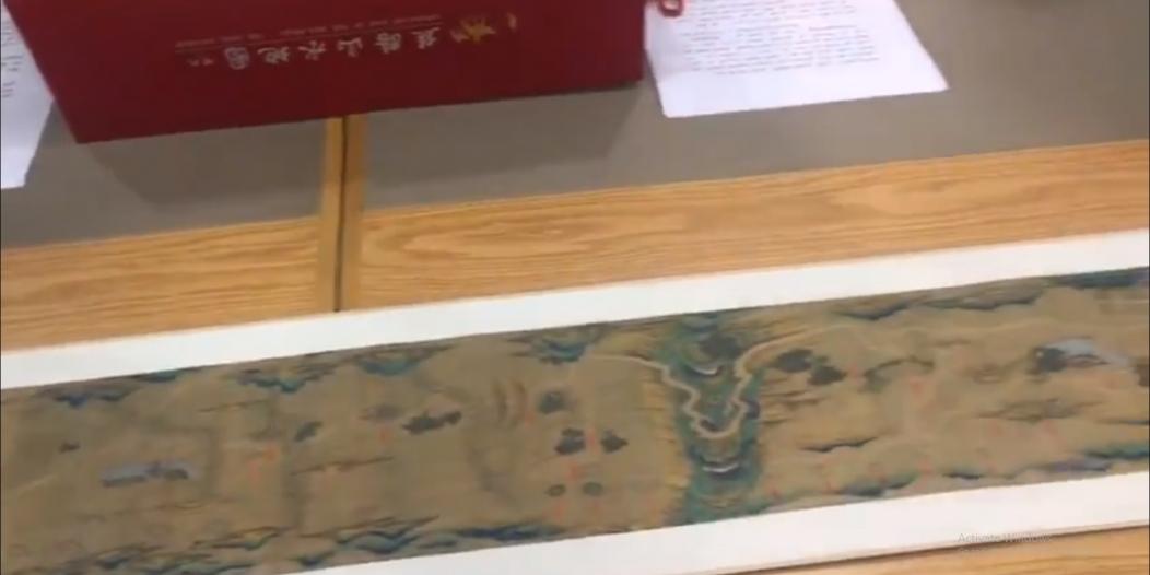 فيديو.. مكتبة الملك عبدالعزيز تهدي السفير الصيني خريطة طريق الحرير
