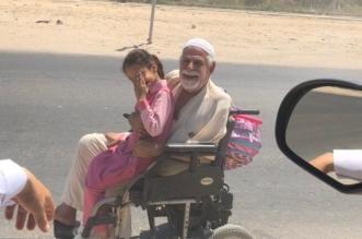 قصة مؤثرة لسبعيني يرافق ابنته للمدرسة بكرسي متحرك - المواطن