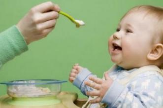 متى يبدأ الطفل في تناول الطعام الصلب؟ - المواطن