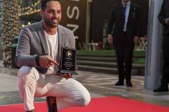ياسر القحطاني يحتفي بنجمته في ممر المشاهير بـ دبي - المواطن