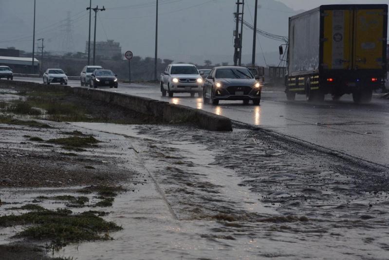 الأرصاد: أمطار رعدية ورياح تحد الرؤية غدًا