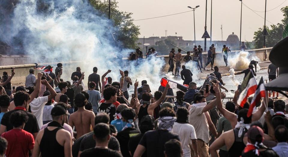 متظاهرون يشعلون النار بمبنى في ميسان العراقية
