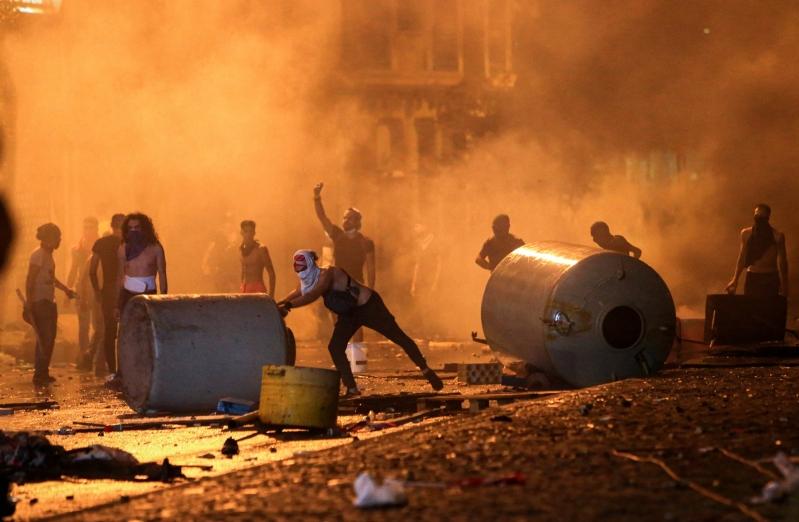 صور.. محتجون يتوافدون إلى بيروت واستمرار قطع الطرق