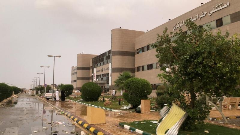 صور.. الرياح العاتية تحطم واجهة مستشفى حفر الباطن - المواطن