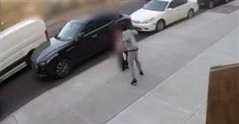 فيديو.. لقطات صادمة لرجل يعتدي على مسنة بالضرب - المواطن