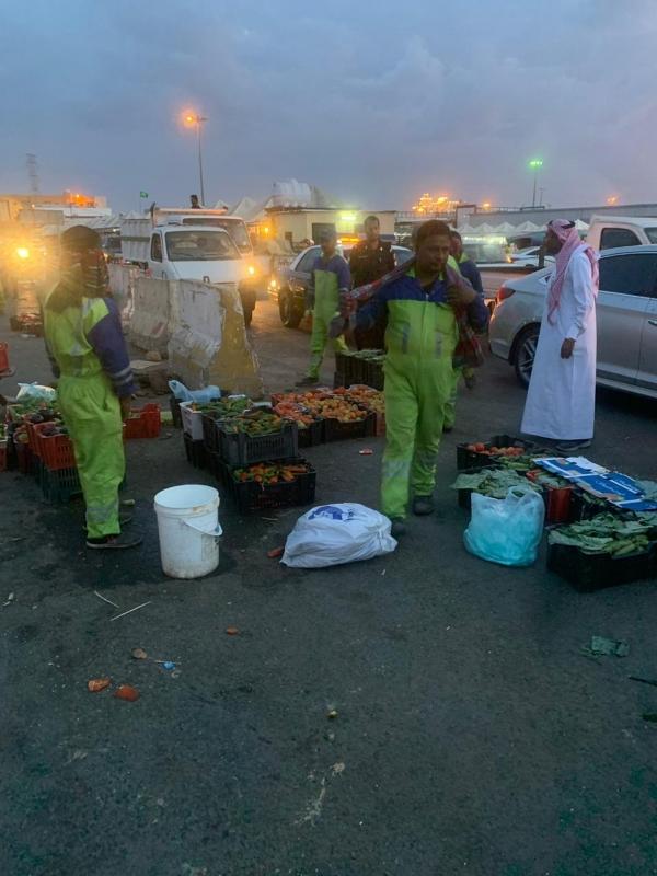 صور.. مصادرة نصف طن فواكه وخضراوات و130 كجم من الشمة والتمباك بخميس مشيط