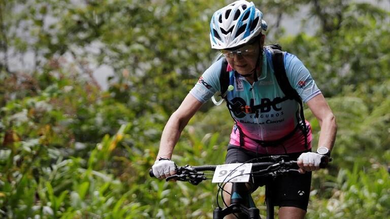 شاهد.. جدة سبعينية تقطع طريق الموت على دراجة هوائية