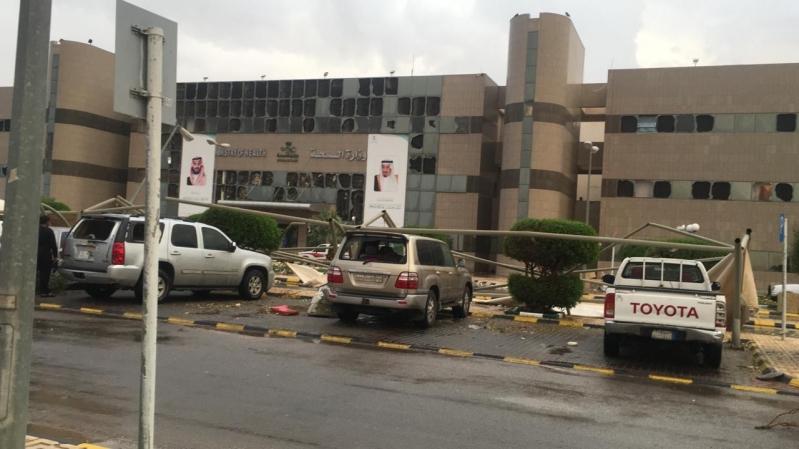 صور.. الرياح العاتية تحطم واجهة مستشفى حفر الباطن