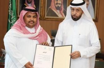 """محافظ محايل يكرم محرر صحيفة """"المواطن"""" أحمد الشهري - المواطن"""