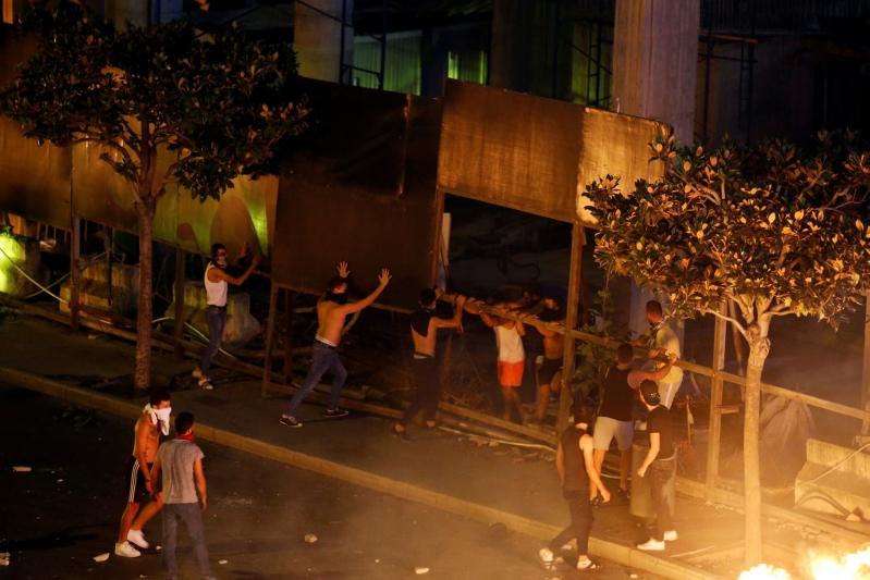 تدفق المتظاهرين إلى ميادين لبنان والأمن يعلن إصابة 60 من رجاله