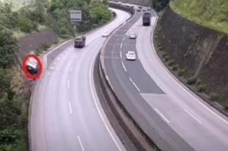 فيديو مرعب.. شاحنة تخرج عن السيطرة وتسقط من ارتفاع 80م - المواطن