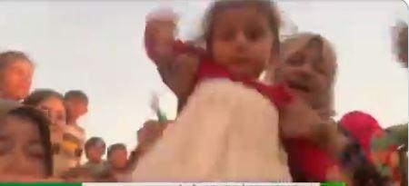 """تستغيث من العدوان التركي وتلوح بطفلة.. فيديو مؤثر لأم كردية: """"حرام عليكم"""""""