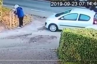 شاهد.. امرأة تترك السيارة في وضع التشغيل فتدهسها - المواطن