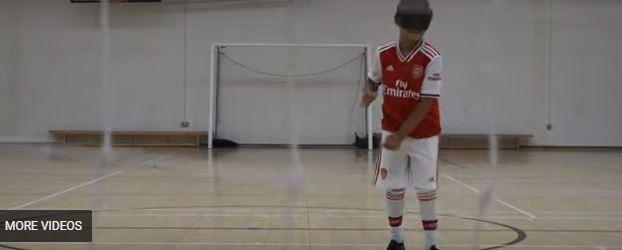 شاهد.. فتى كفيف يلعب كرة القدم