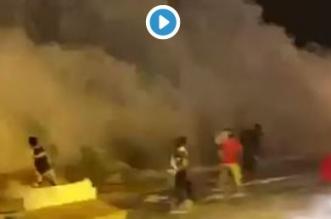 شاهد.. أمواج المد تداهم مغامرين على شواطئ ولاية مطرح العمانية - المواطن