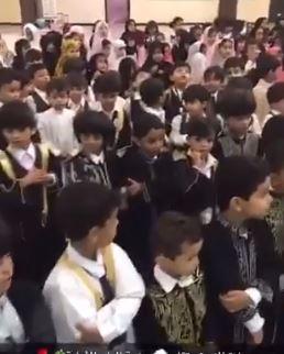 شاهد.. طفل روضة يؤم التلاميذ في صلاة الاستسقاء