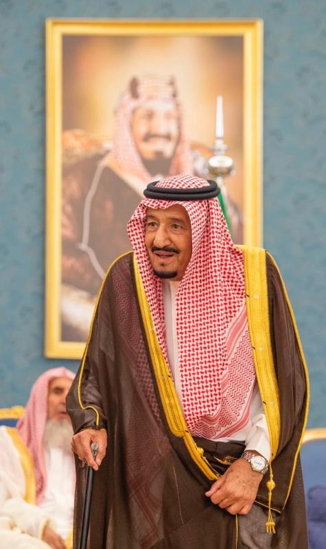 الملك سلمان يستقبل الأمراء والمفتي وأصحاب الفضيلة العلماء وجمعاً من المواطنين - المواطن