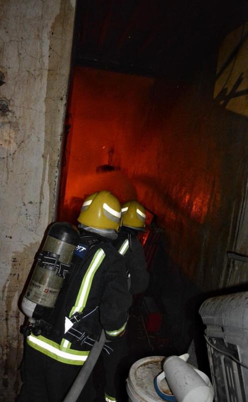 صور.. حريق يلتهم منزلاً شعبياً لعمال في حائل