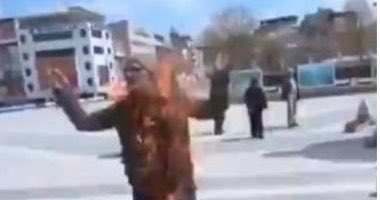 فيديو.. مواطن تركي يشعل النار في نفسه بسبب غلاء المعيشة